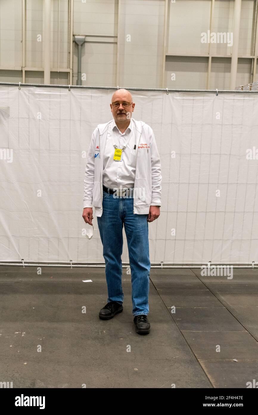 Dr. Dirk Heinrich ist medizinischer Leiter des Hamburger Corona-Impfzentrums.Hamburgs Bürgermeister Peter Tschentscher (SPD) – vor seinem Wechsel in d Stock Photo