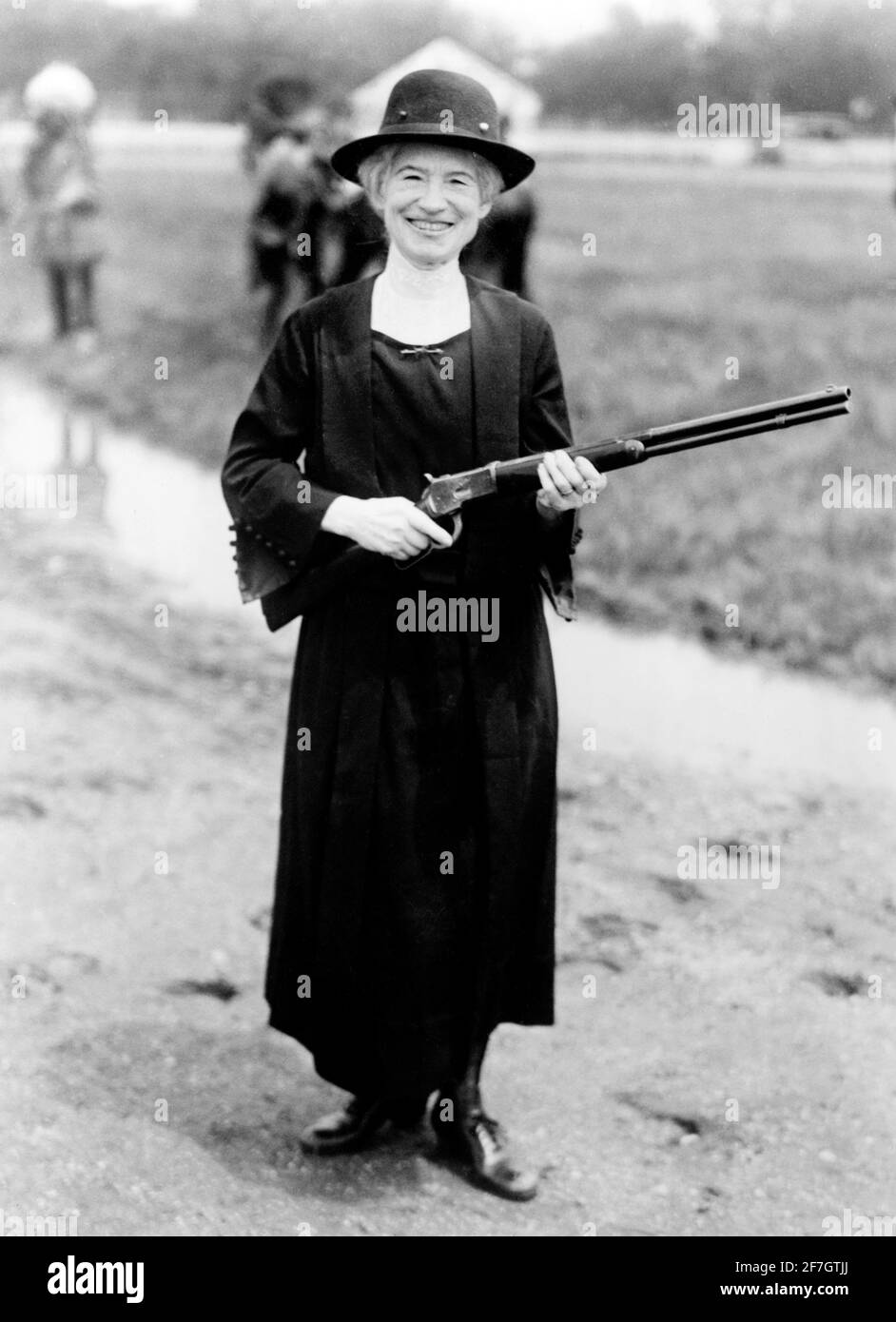 Annie Oakley with the gun given to her by Buffalo Bill. Portrait of the famous American sharpshooter, Annie Oakley  (b. Phoebe Ann Mosey, 1860-1926) , 1922 Stock Photo