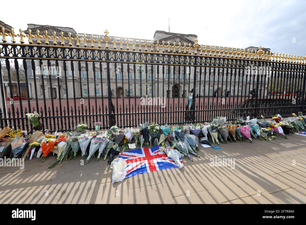 London, UK. 9th Apr, 2021. Floral tributes laid by people at Buckingham Palace after the announcement of the death of Prince Philip Credit: Paul Brown/Alamy Live News Stock Photo