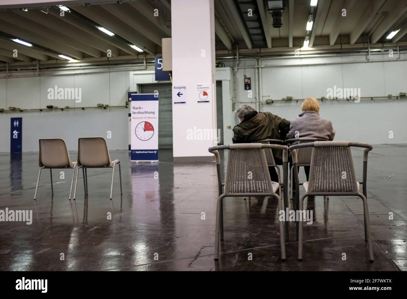 04.04.2021, Essen, Ruhrgebiet, Nordrhein-Westfalen, Deutschland - Ein Paar wartet nach der Impfung im Wartebereich für die Nachbeobachtung im Impfzent Stock Photo