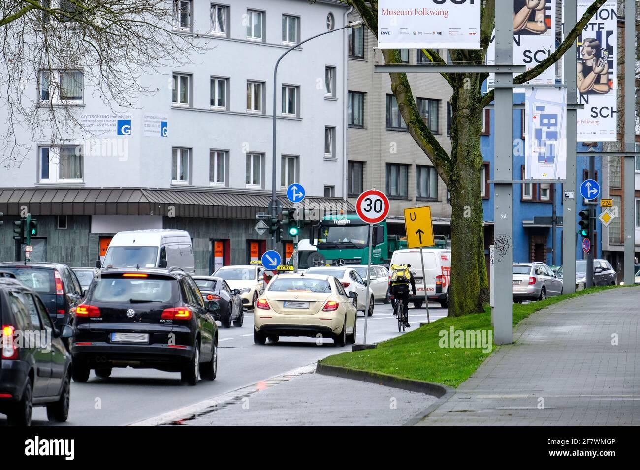 03.02.2020, Essen, Nordrhein-Westfalen, Deutschland - Pilotprojekt mit Tempo 30 auf der Alfredstrasse zwischen Bertholdstrasse und Folkwankstrasse (ca Stock Photo