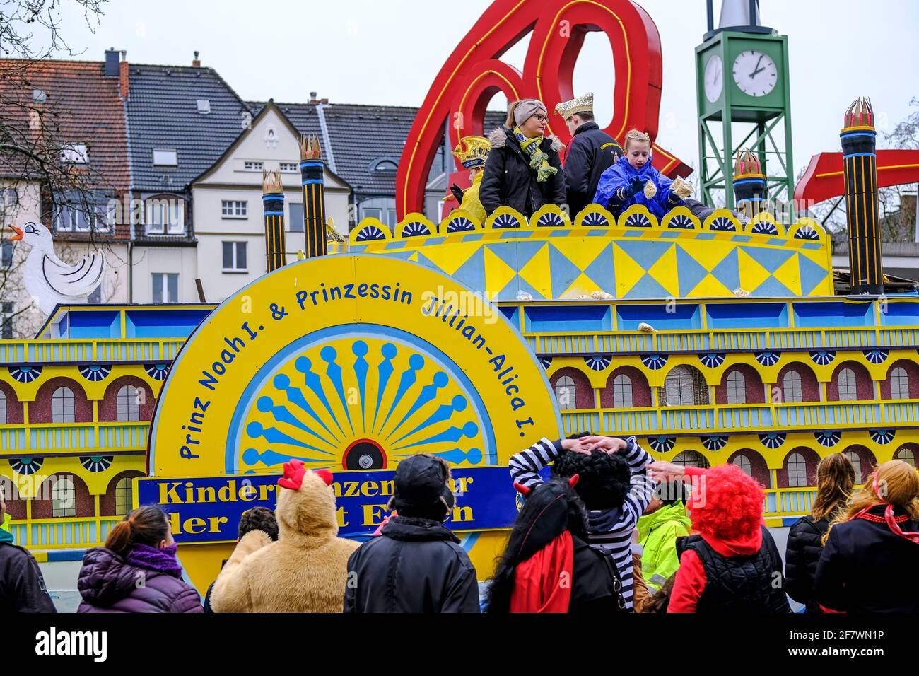 24.02.2020, Essen, Nordrhein-Westfalen, Deutschland - Strassenkarneval am Rosenmontag in Essen-Ruettenscheid am Ruettenscheider Markt Stock Photo