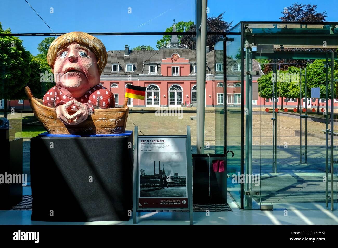 07.05.2020, Oberhausen, Nordrhein-Westfalen, Deutschland - Blick aus dem Foyer des Hauptgebaeudes von Schloss Oberhausen auf das Kleine Schloss im Fru Stock Photo