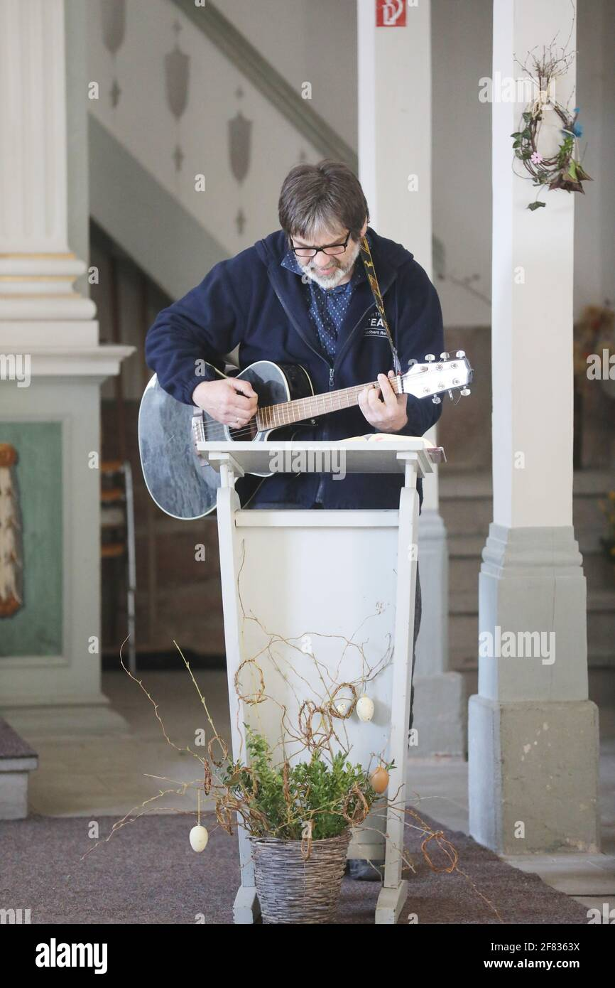 """11 April 2021, Thuringia, Tröbnitz: Friedbert Reinert, the initiator of the Tälerpigerweg, sings in the pilgrimage church. On 11.04.21 the season on the Tälerpilgerweg in the Saale-Holzland and Saale-Orla district in Thuringia opens. Under the motto """"Alone and yet together - Connected on the Valley Pilgrimage Trail"""". Afterwards, the invitation is extended to individual pilgrims. Photo: Bodo Schackow/dpa-Zentralbild/dpa Stock Photo"""