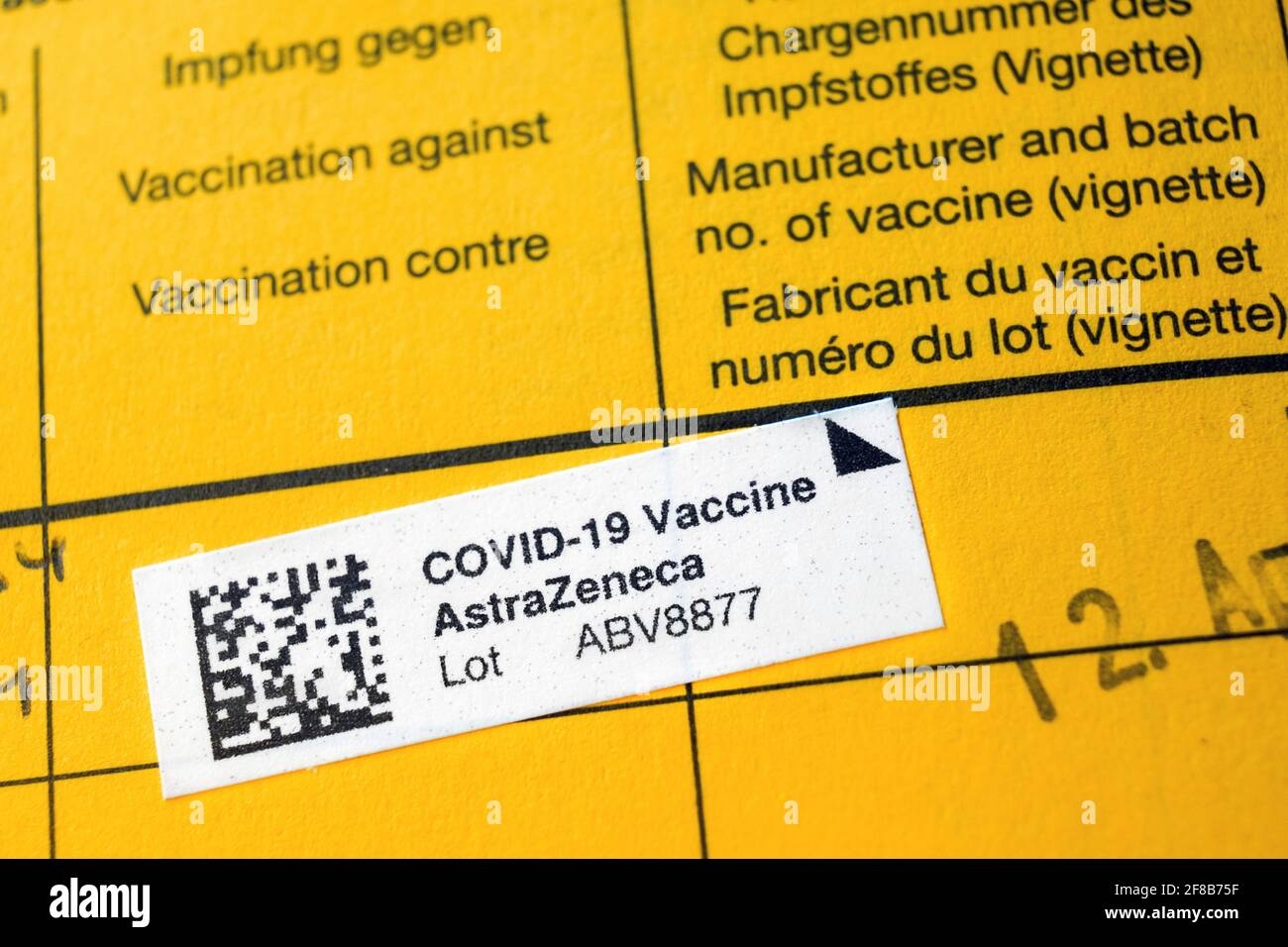 Dortmund, 13.04.2021: Impfbescheinigung, Eintrag einer durch die Kassenärztliche Vereinigung Westfalen-Lippe (KVWL) vorgenommene Erstimpfung mit dem Impfstoff AstraZeneca in einem Impfbuch, Impfpass.   ---   Dortmund, Germany, April 12th, 2021: Vaccination certificate, entry of a first vaccination with the AstraZeneca vaccine carried out by the Association of Statutory Health Insurance Physicians Westphalia-Lippe (KVWL) in a vaccination book, vaccination certificate. Stock Photo