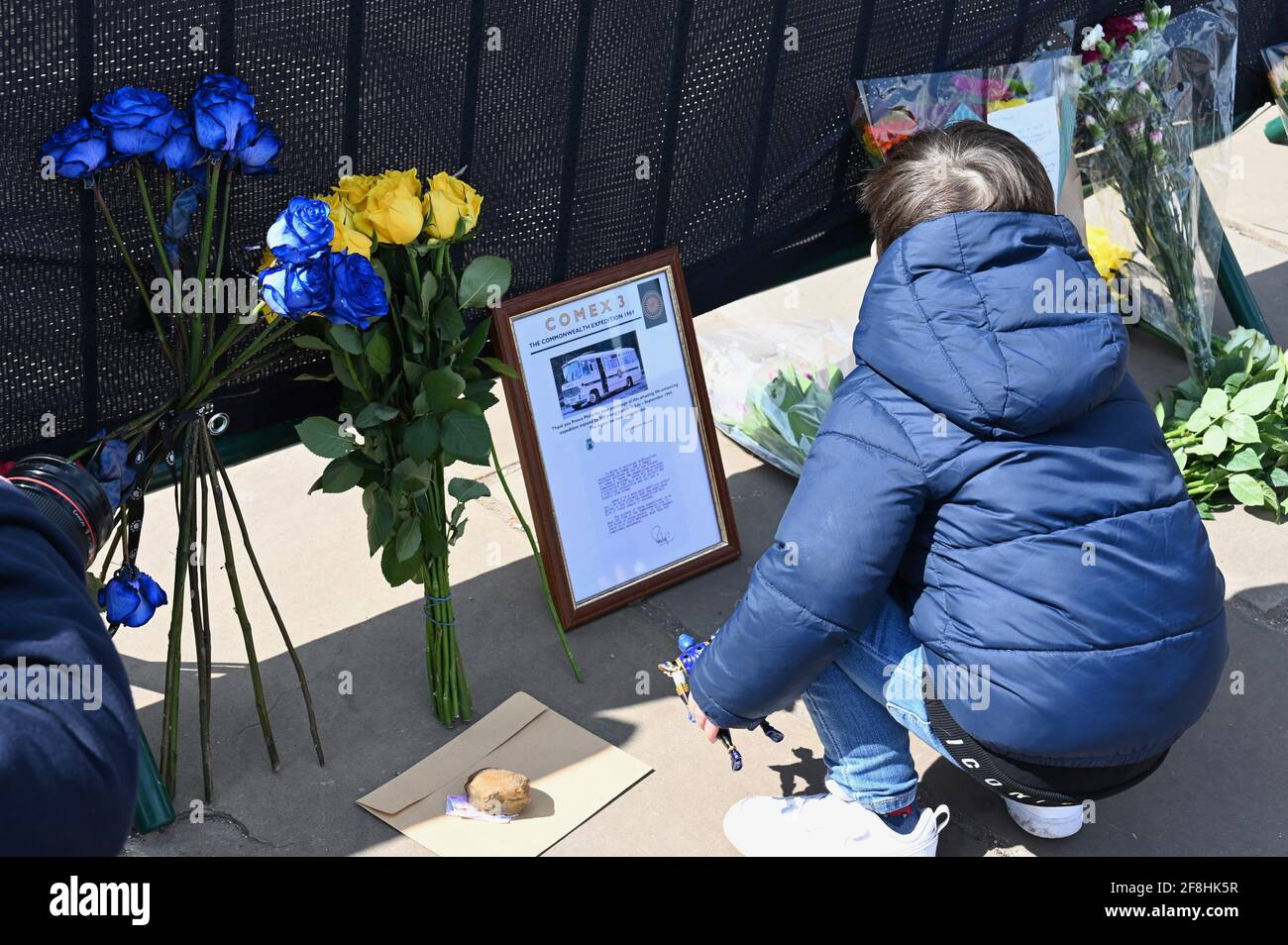 London.UK. Royal well wishers leave floral tributes to the Duke of Edinburgh following his death on Friday 09.04.2021. Mourners have been asked to stay away from Royal residences because of the Coronavirus Pandemic. Buckingham Palace, London. Stock Photo