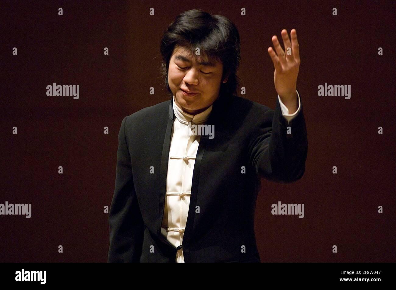 DEU, Deutschland, Ruhrgebiet, Essen, 10.02.2006: Der Pianist Lang Lang nimmt die Ovationen des Publikums entgegen bei seinem Konzert in der Philharmon Stock Photo