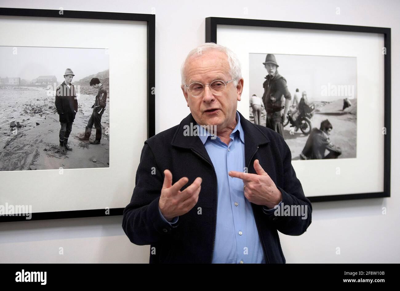 DEU, Deutschland, Essen, 03.02.2012: Der englische Fotograf Chris Killip erzählt vor zwei seiner Fotografien über seine Arbeit in einer Presseveransta Stock Photo