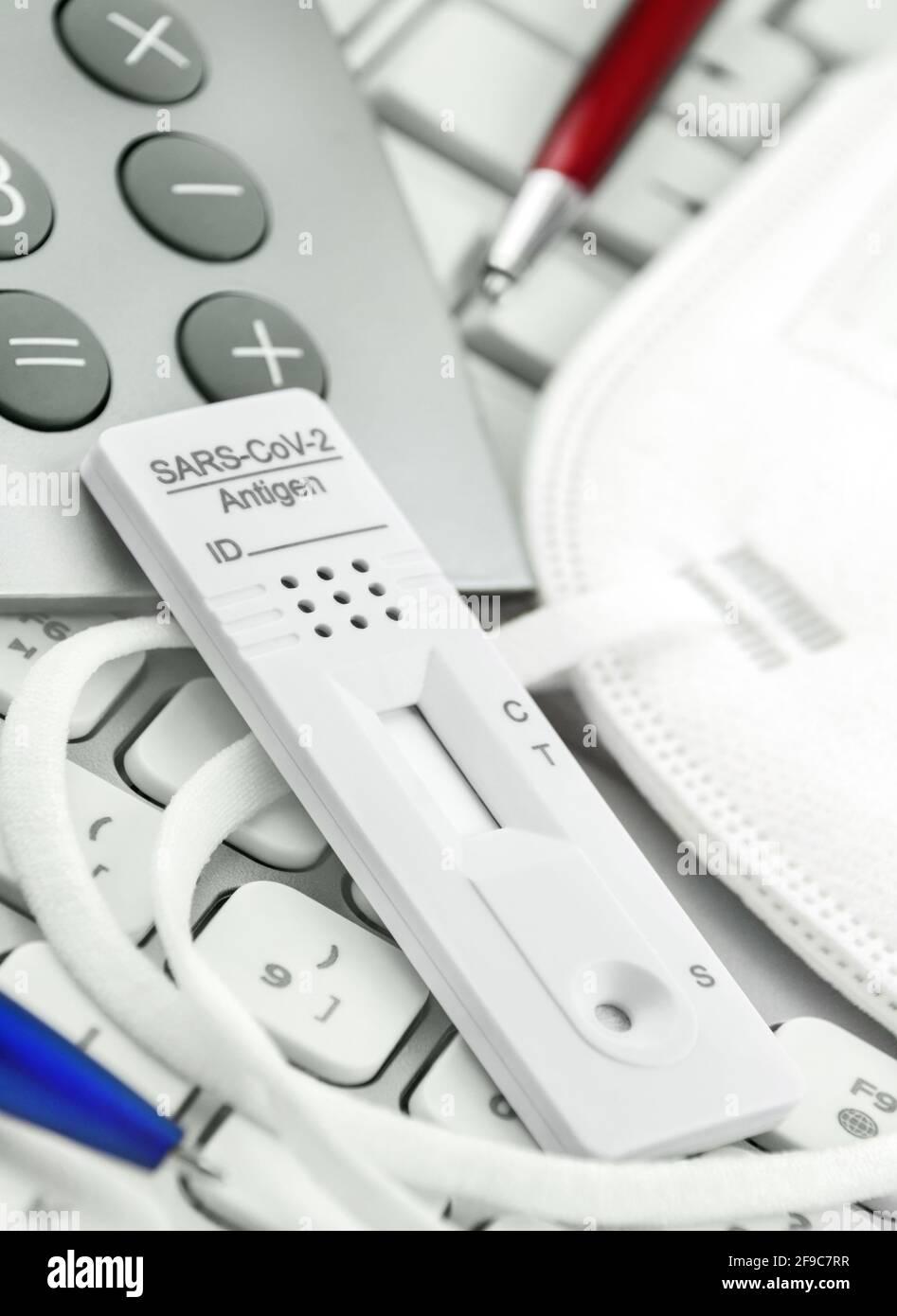 Konzept Corona Antigen Test und Rechner mit Maske Stock Photo