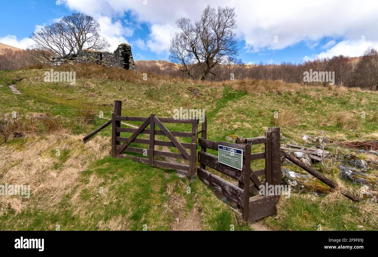 GLENELG HIGHLANDS SCOTLAND DUN TRODDAN BROCH ENTRANCE GATE AND FOOTPATH Stock Photo