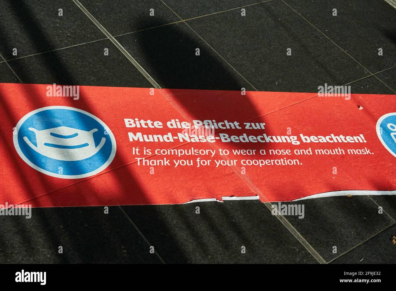 Corona Hinweis, AHA-Regeln, Bodenaufkleber, Abstand halten, Infektionsschutz gegen Covid 19, Hauptbahnhof Berlin, Deutschland Stock Photo
