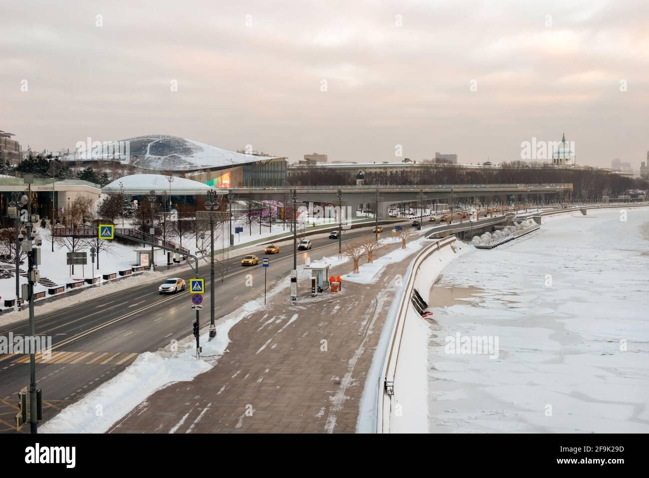 Moscow, Russia - January 17, 2021: View of the Moskvoretskaya embankment, cars and a skyscraper on Kotelnicheskaya embankment on a frosty winter morni Stock Photo