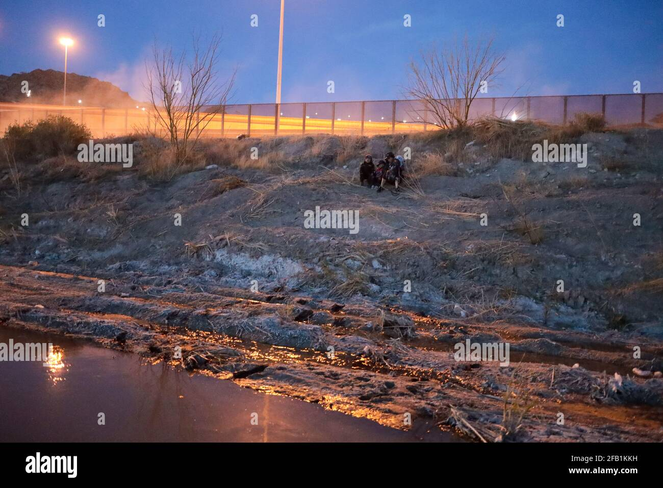 Juarez, Mexico. 29th Mar, 2021. A Guatemalan woman and her two children crossed the Rio Grande illegally to request political asylum in the United States (Photo by David Peinado/Pacific Press/Sipa USA) Credit: Sipa USA/Alamy Live News Stock Photo
