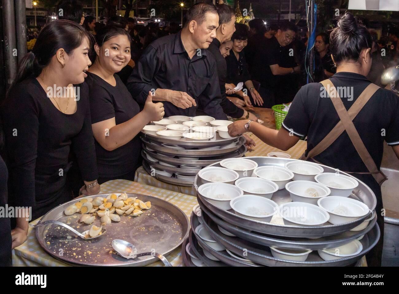 Funeral mourners getting food, King Bhumipol, Rama IX, Bangkok, Thailand Stock Photo