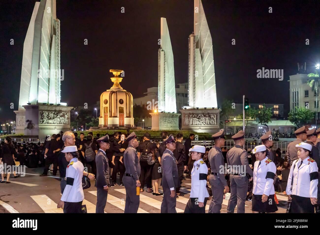 Mourners at King Bhumibol funeral, Democracy Monument, Bangkok, Thailand Stock Photo
