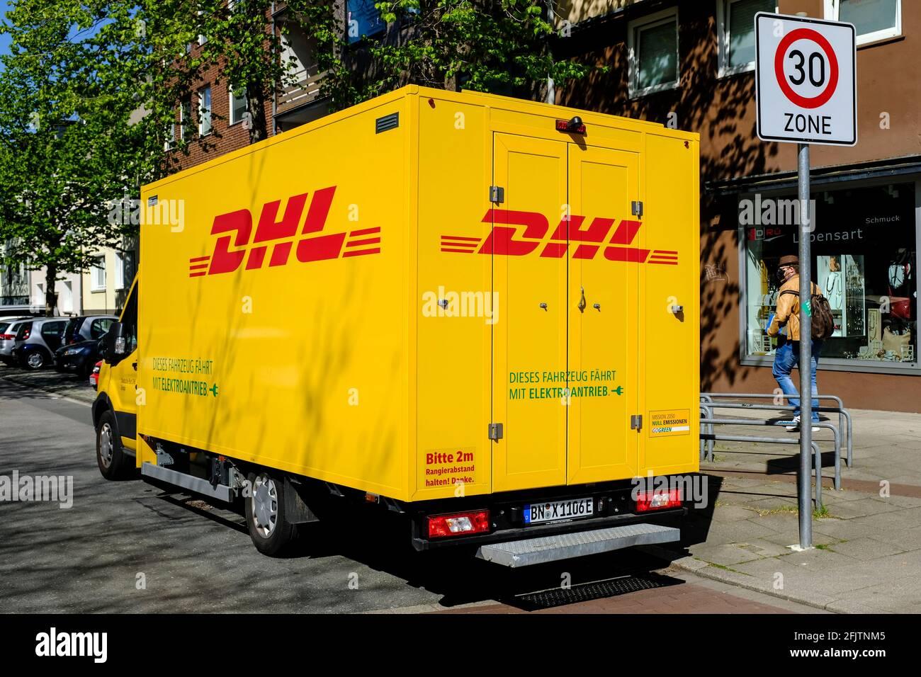 26.04.2021, Essen, Ruhrgebiet, Nordrhein-Westfalen, Deutschland - Auslieferungsfahrzeug von DHL mit Elektromotor auf einer Strasse im Essener Stadttei Stock Photo