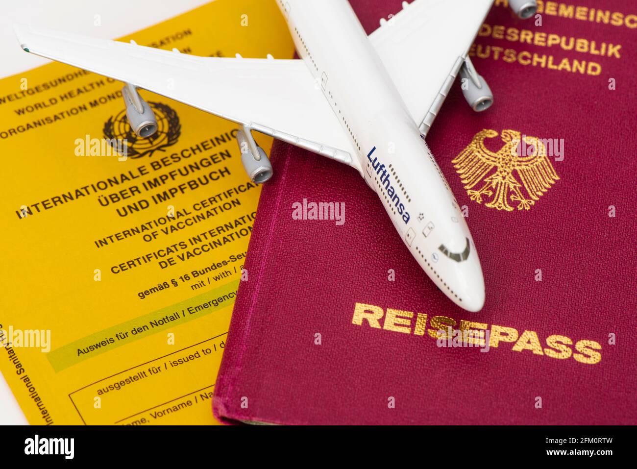 Reisefreiheit mit Impfpass und Reisepass Stock Photo