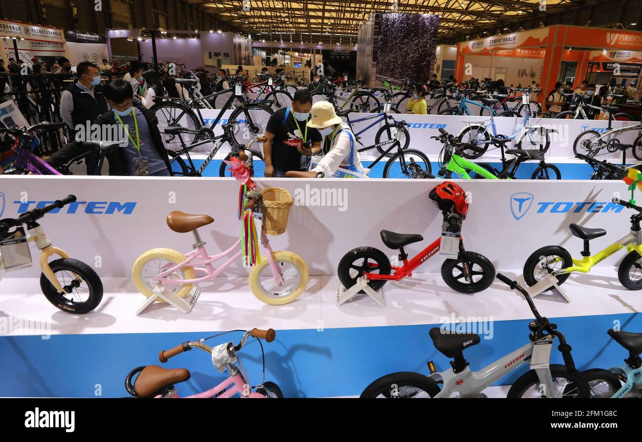 Shanghai. 5th May, 2021. Visitors view bicycles during the 30th China International Bicycle Fair in east China's Shanghai, May 5, 2021. The four-day event kicked off here on Wednesday, drawing more than 1,000 enterprises to participate. Credit: Fang Zhe/Xinhua/Alamy Live News Stock Photo