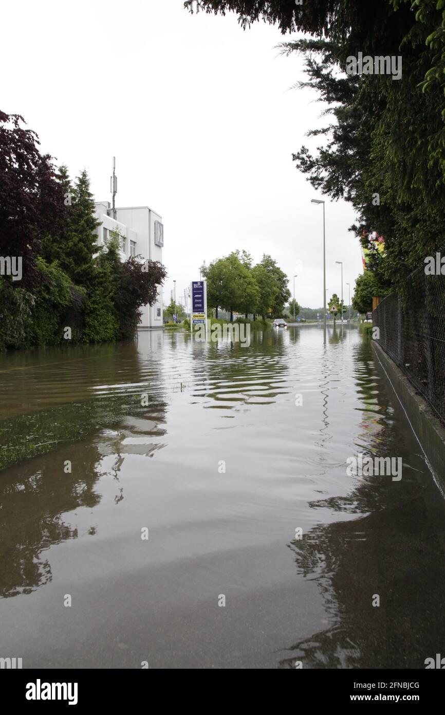 Überschwemmung auf einer Strasse - Hochwasser Stock Photo