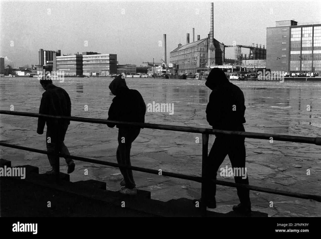 Young people at the river Spree in the industrial area Schoeneweide, Kabelwerk Oberspree (KWO ), Berlin-Schoeneweide, 02.02.1991, [automated translation] Stock Photo