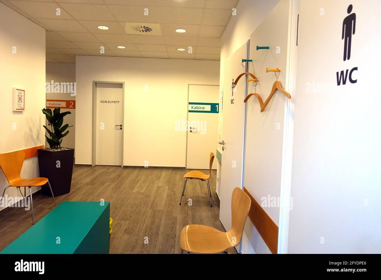 menschenleerer Wartebereich einer Arztpraxis Stock Photo