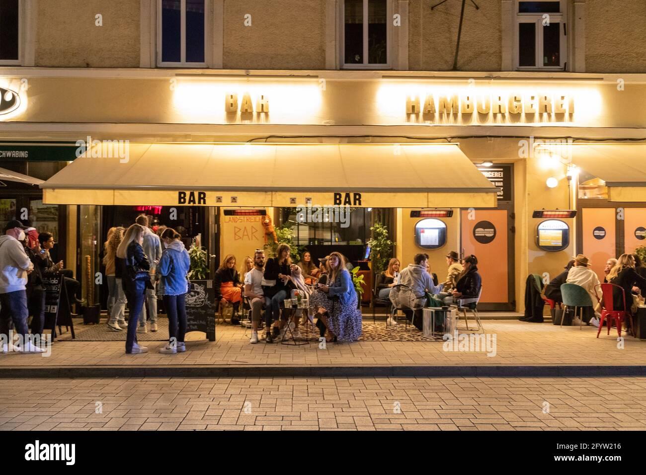 Situation am Wedekindplatz in Schwabing. Junge Menschen feiern in der Nacht vom 29. auf den 30. Mai 2021 in München auf den sog. Party Hotspots. Auf dem Professor-Huber-Platz gab es einen Polizeieinsatz. Das USK führte zahlreiche Identitätsfeststellungen durch. * Situation at Wedekindplatz in Schwabing. Young people party during the night between May 29 and May 30, 2021 in the so called Party-hotspots in Munich, Germany. At Professor-Huber-Platz the special unit of the police USK controlled several identities. (Photo by Alexander Pohl/Sipa USA) Credit: Sipa USA/Alamy Live News Stock Photo