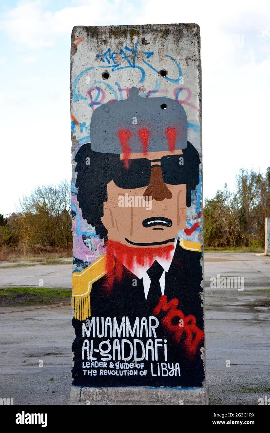 Mauerteil mit der Darstellung Muammar Al-Gaddafi Stock Photo