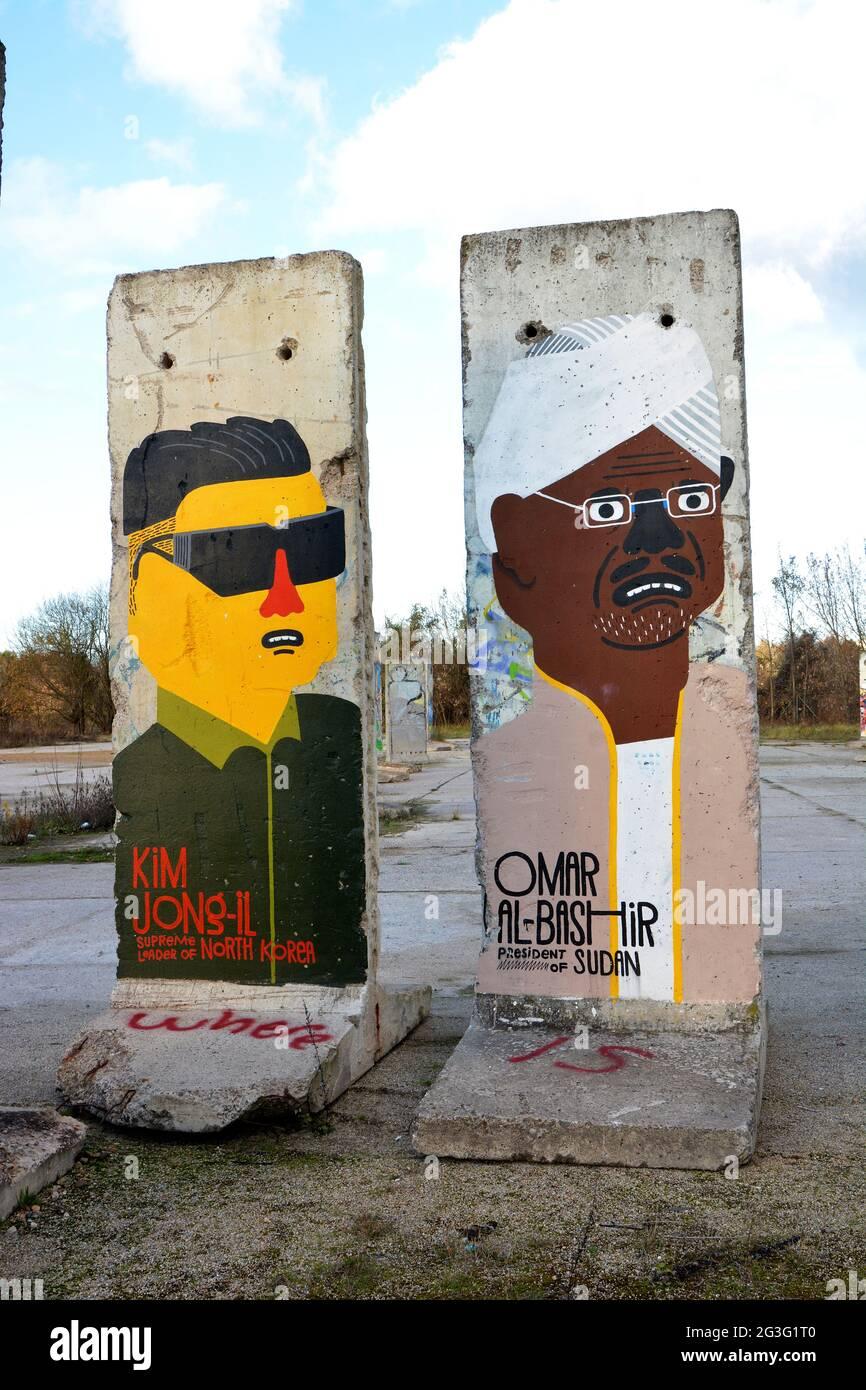 Mauerteil mit der Darstellung Kim Jong-Il und Omar Al-Bashir Stock Photo