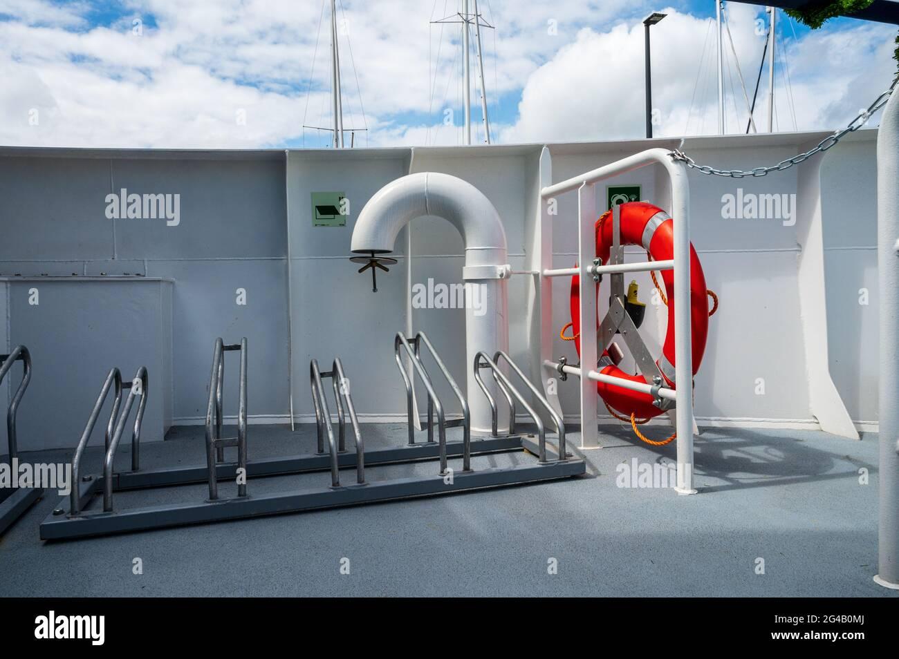 Fahrradständer und Rettungsring einer Personenfähre der Kieler Fördefährlinie in der Kieler Förde Stock Photo