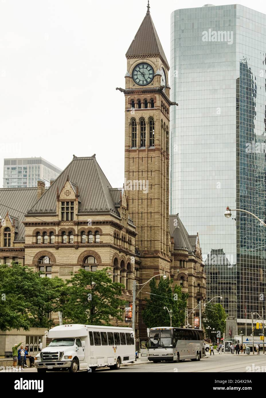 Toronto's Old City Hall was home to its city council from 1899 to 1966 and remains one of the city's most prominent structures. The building is in Que Stock Photo