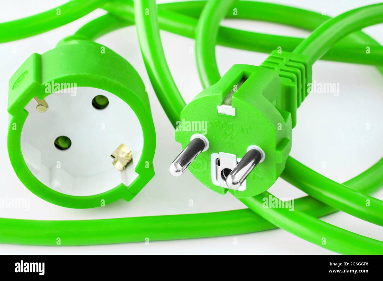 Grünes Stromkabel auf weissem Hintergrund Stock Photo