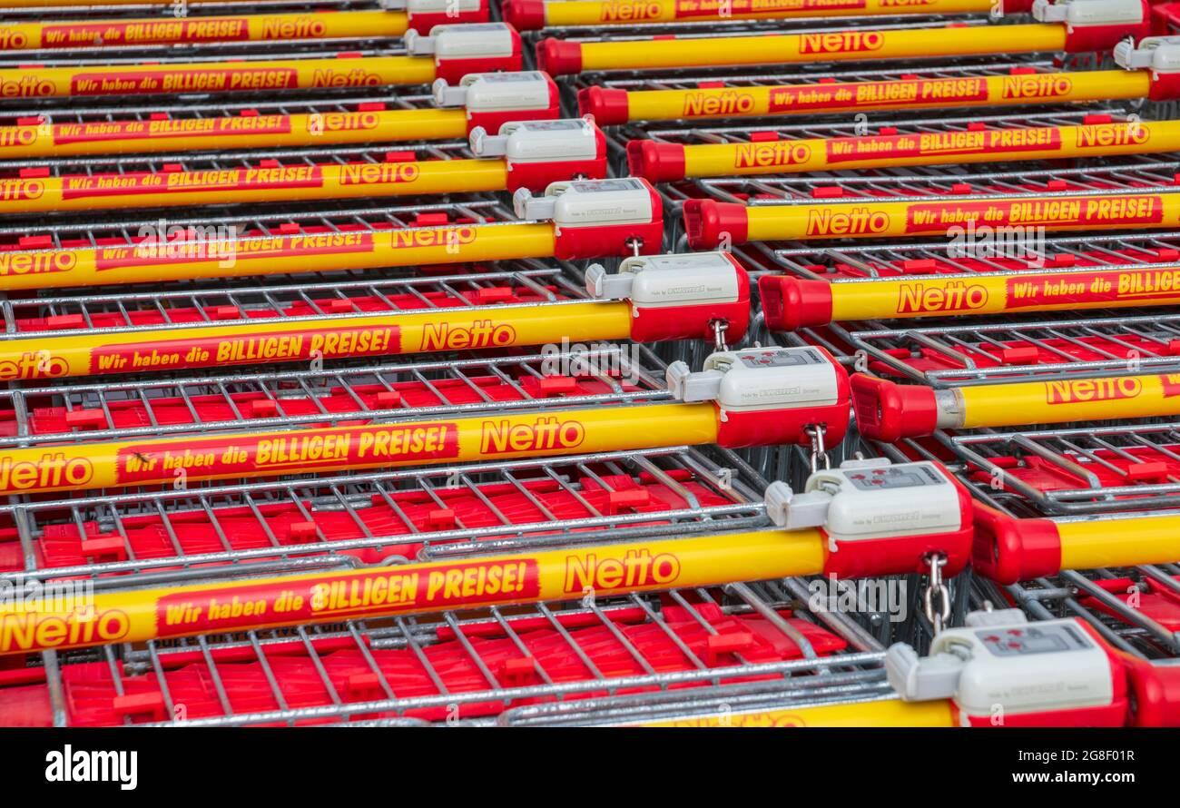 Filiale der Firma Netto in Schwabmünchen mit gestapelten Einkaufswagen Stock Photo