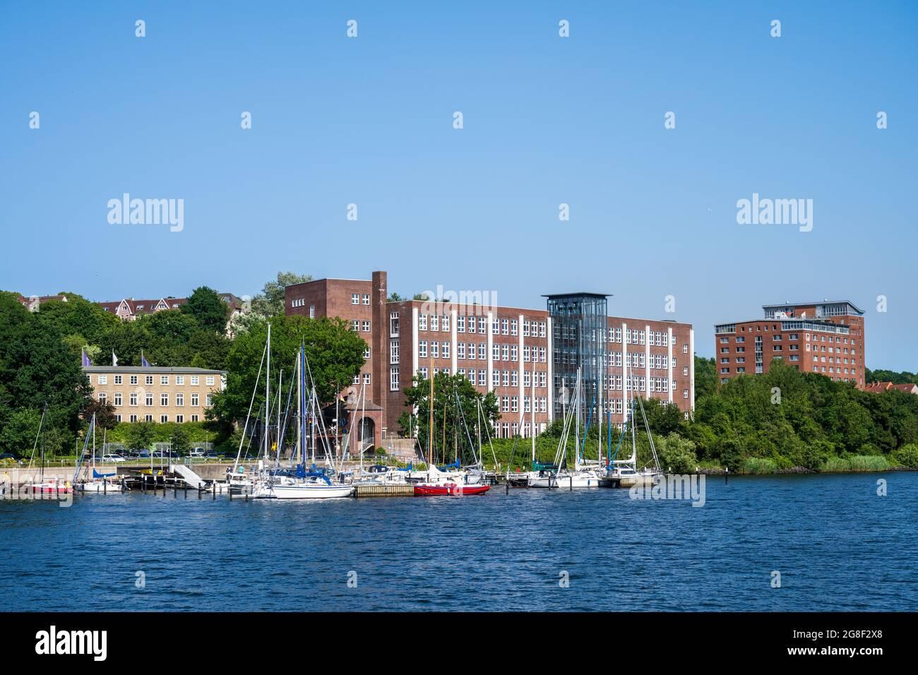 Kiel Hafenimpressionen - Das Gebäude einer Rehaklinik am Ufer der Schwentine kurz vor der Mündung des Flusses in die Kieler Förde Stock Photo