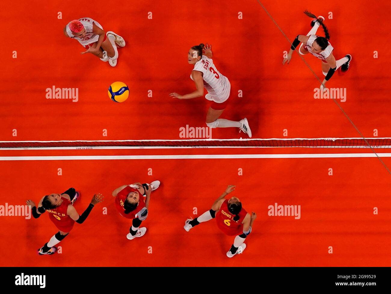 Tokyo 2020 Olympics - Volleyball - Women's Pool B - China v Turkey - Ariake Arena, Tokyo, Japan – July 25, 2021. Zhang Changning of China in action with Cansu Ozbay of Turkey. REUTERS/Carlos Garcia Rawlins Stock Photo