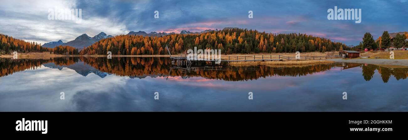 Herbstpanorama im Engadin in der Schweiz am Stazersee Stock Photo