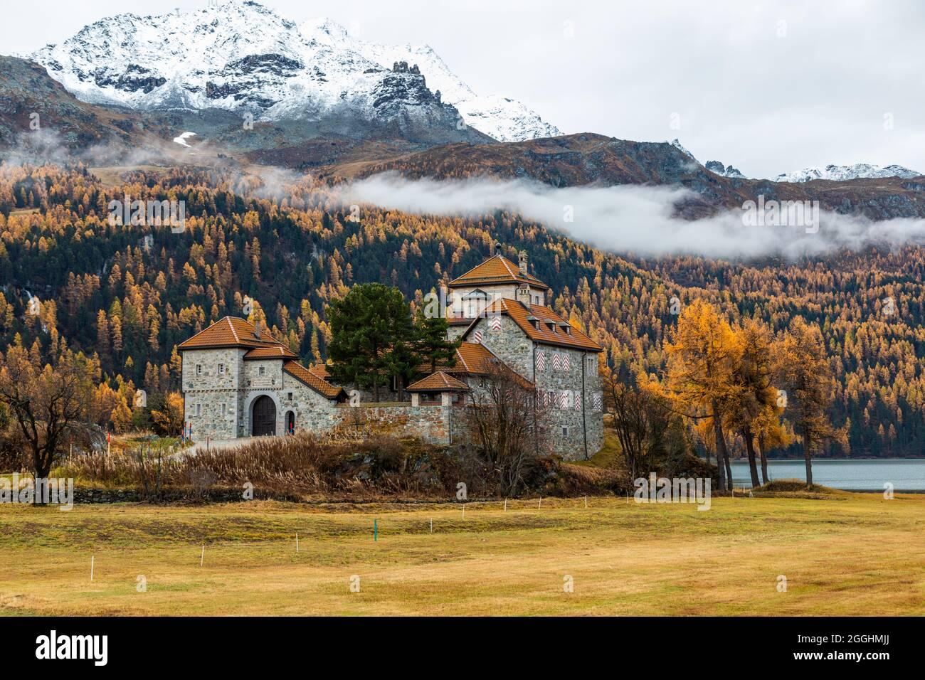 altes Haus a, Silsersee im Engadin in der Schweiz mit morgennebel in Hintergrund im Herbst Stock Photo