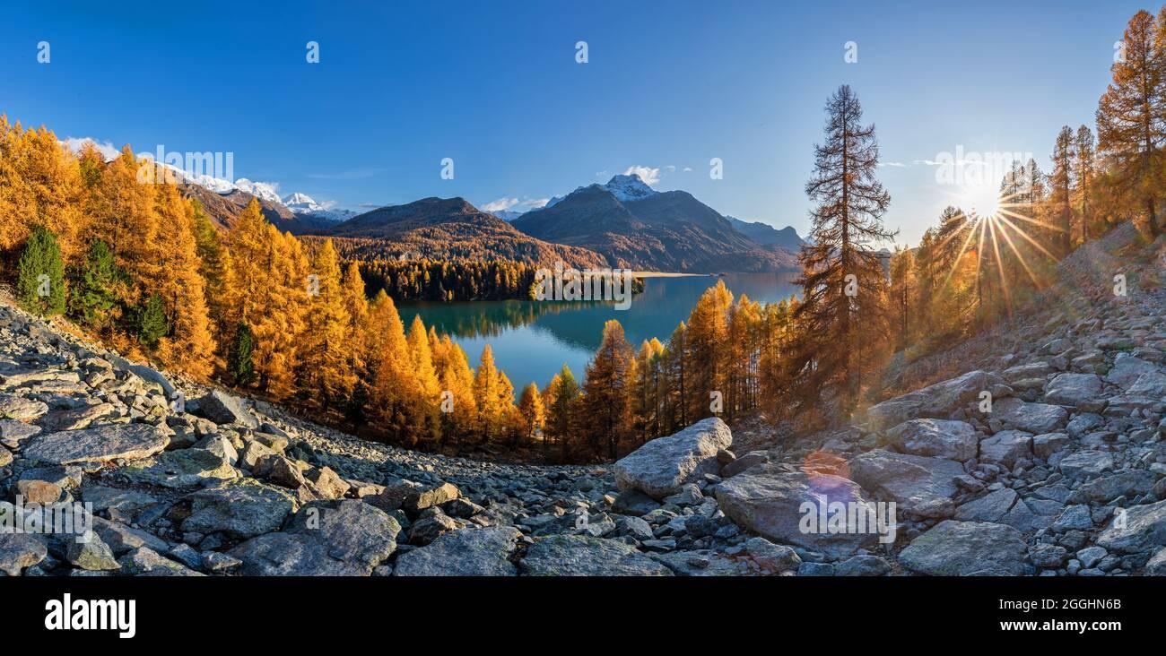 Wanderung im Herbst am Silser Höhenweg in der Schweiz im Engadin Stock Photo