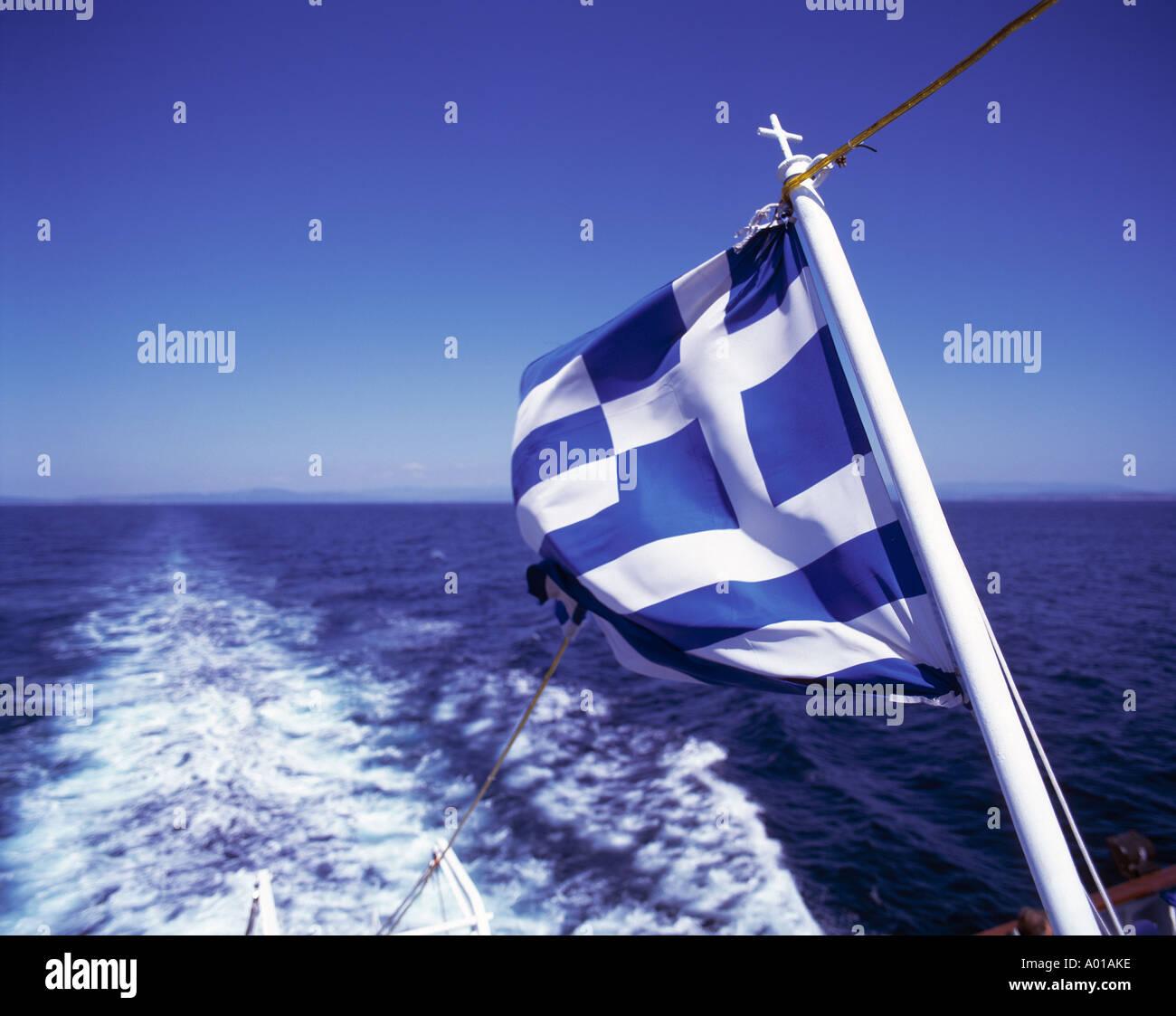 Griechische Flagge auf einem griechischen Ausflugsdampfer, Fahrrinne eines Schiffes, schaeumendes Wasser, Aegaeisches Meer, Aegaeis - Stock Image