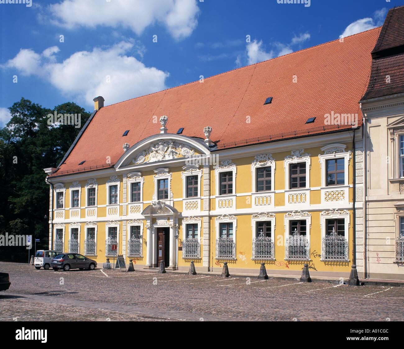Kavaliershaus Nr. 12 mit Stadtverwaltung an der Schlossfreiheit in Zerbst, Sachsen-Anhalt Stock Photo