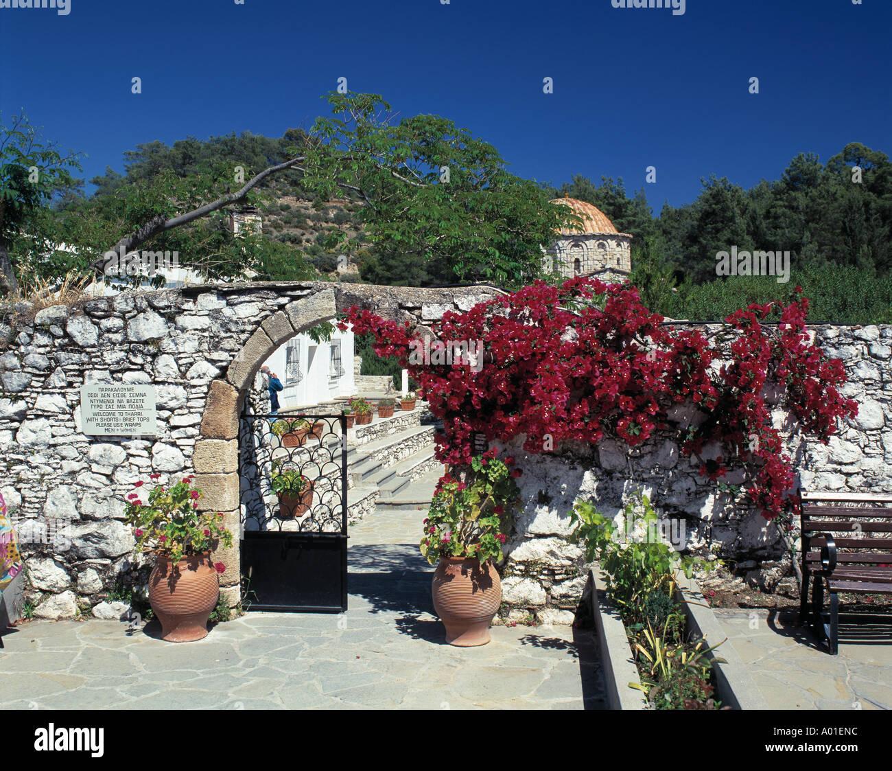 Kloster Thari, Moni Thari, Eingangstor, Torbogen mit Blumenschmuck, Blumenkuebel, Laerma, Rhodos, Dodekanes Stock Photo