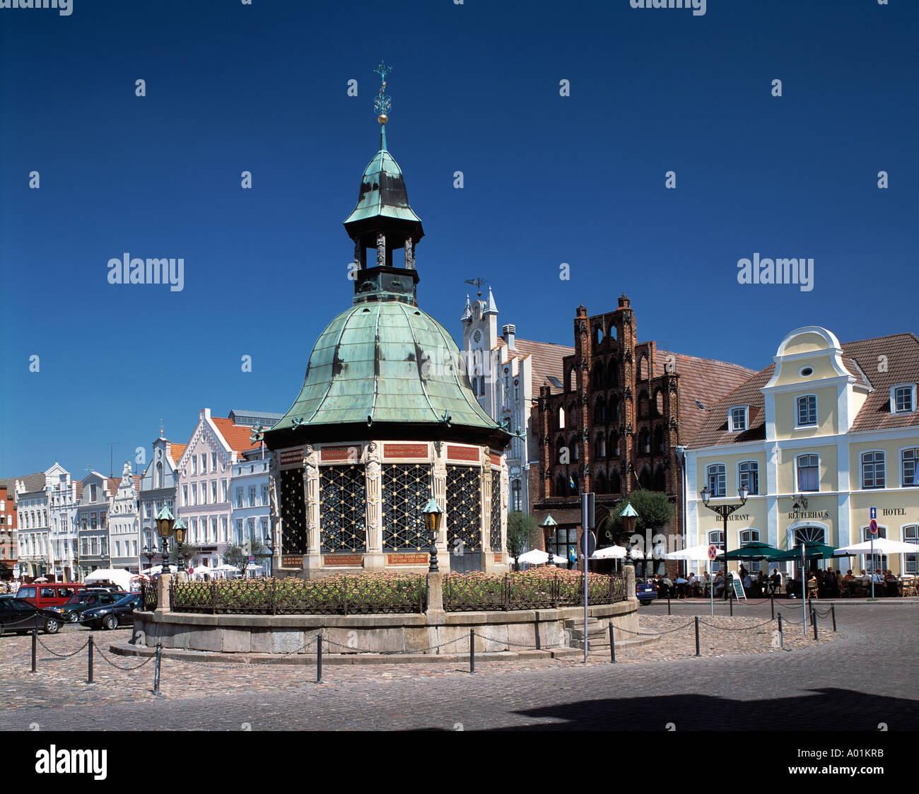 Marktplatz mit dem Pavillon Wasserkunst, Buergerhaeuser, Backsteinhaus 'Alter Schwede', Backsteingotik, Wismar, Ostsee, Mecklenburg-Vorpommern - Stock Image