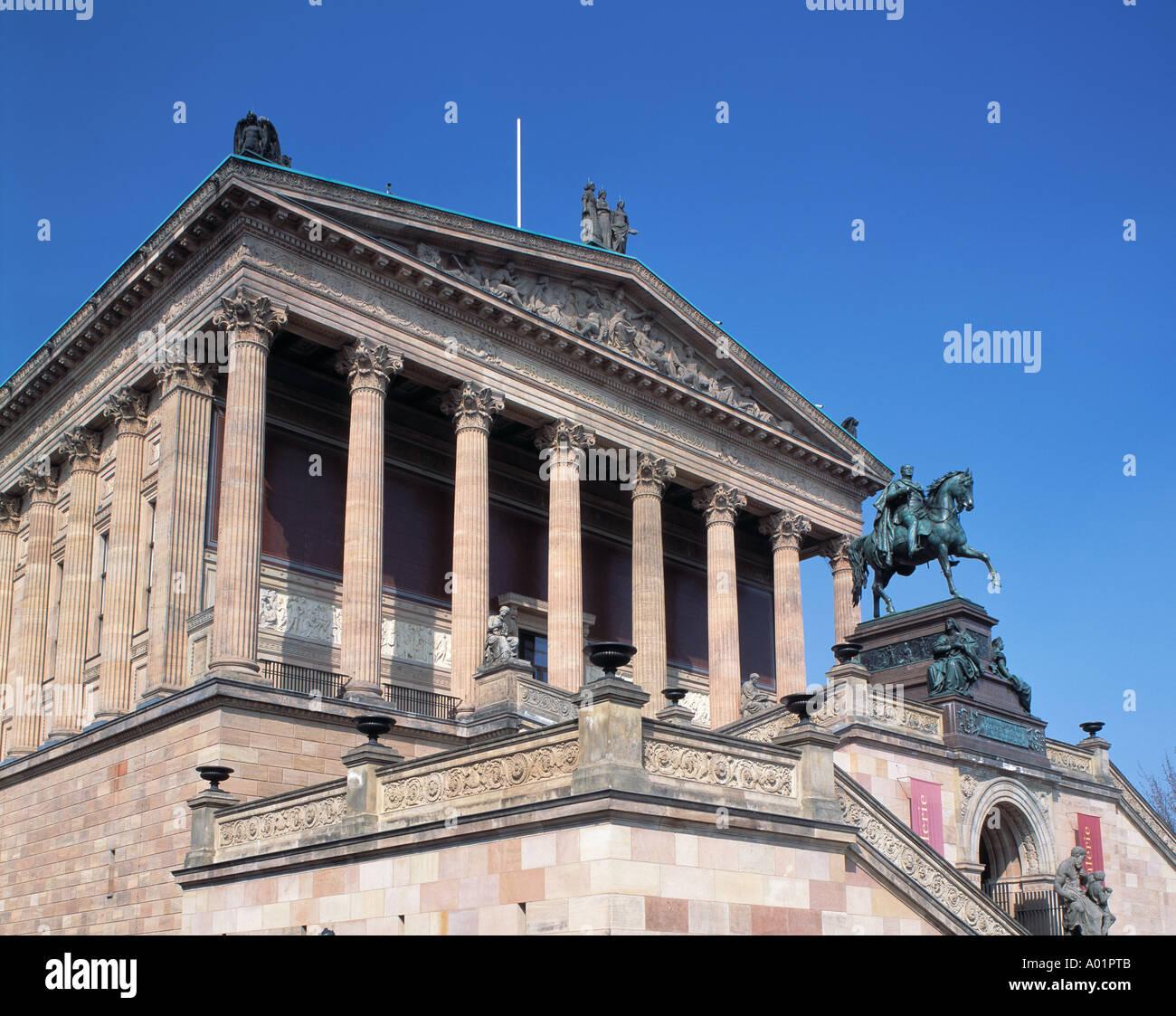 Alte Nationalgalerie, Baustil eines Tempels, Saeulenreihe, Ionische Saeulen, Reiterdenkmal Koenig Friedrich Wilhelm IV, Reiterstatue, Berlin - Stock Image