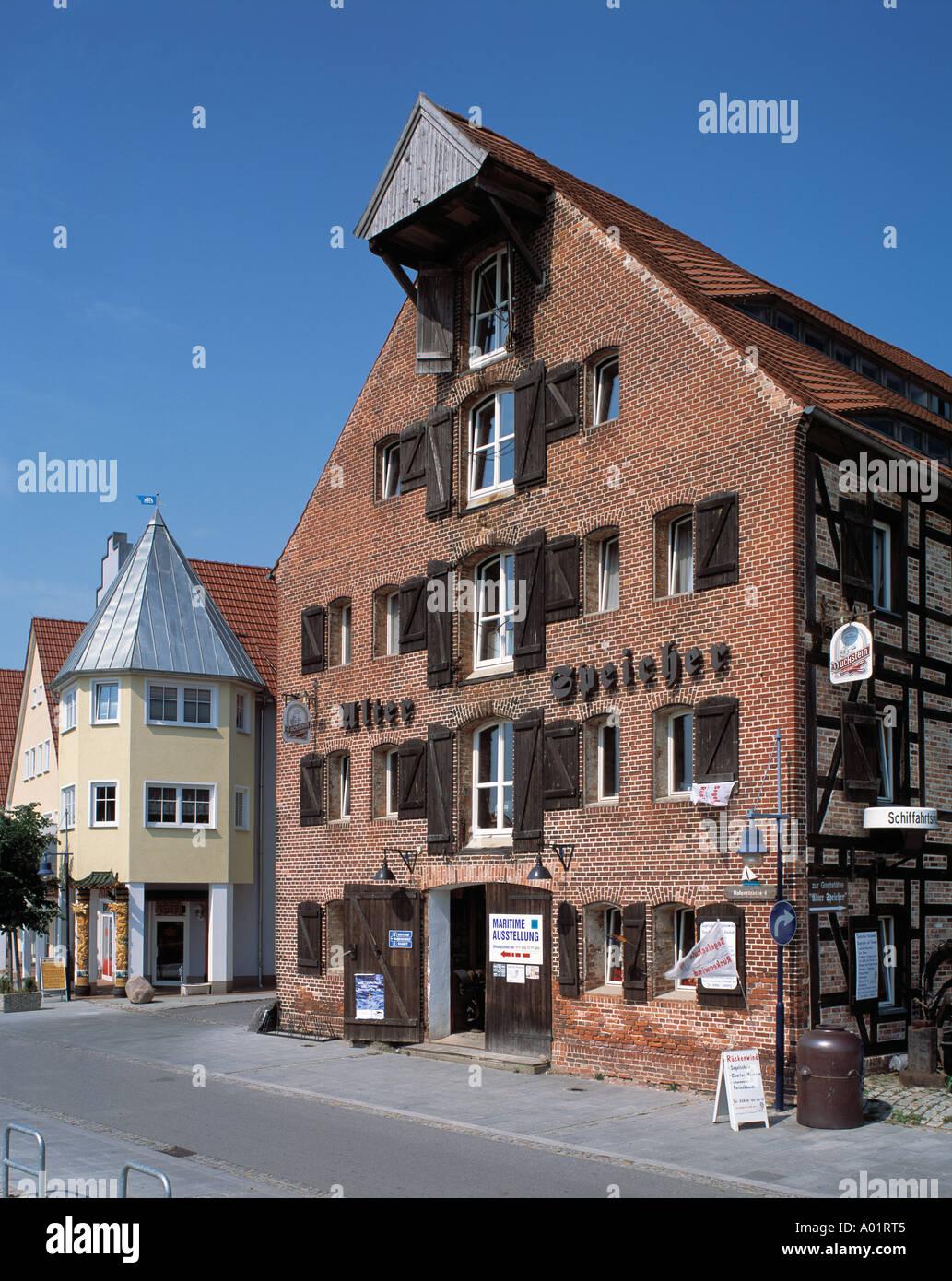 Alter Speicher im Hafen, Kornspeicher, Backsteinbau, Schiffahrtsmuseum, Wolgast, Peenestrom, Ostsee, Mecklenburg Stock Photo