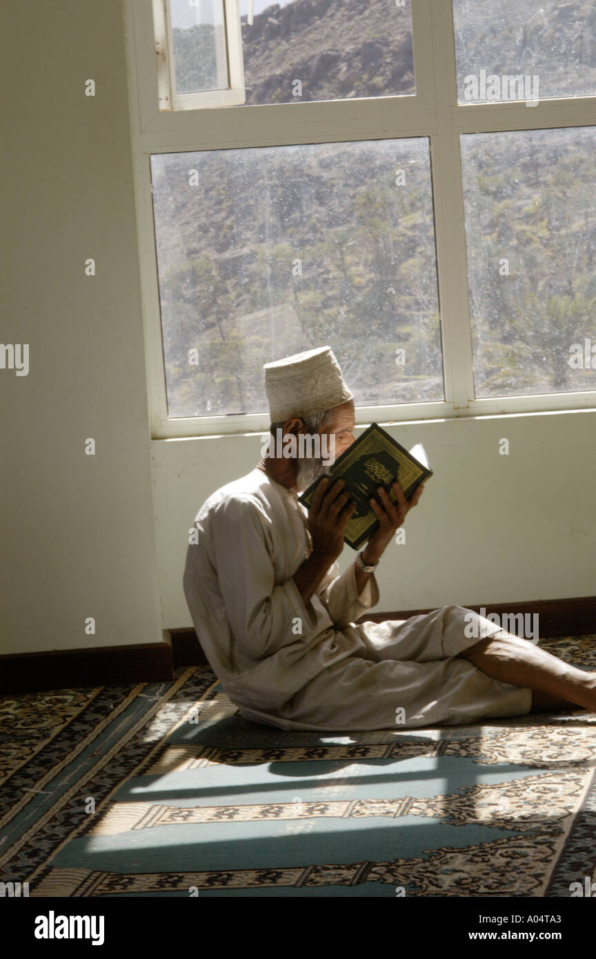 Oman. Village of Falaj. Man reading probably the Koran in the little village mosque - Stock Image