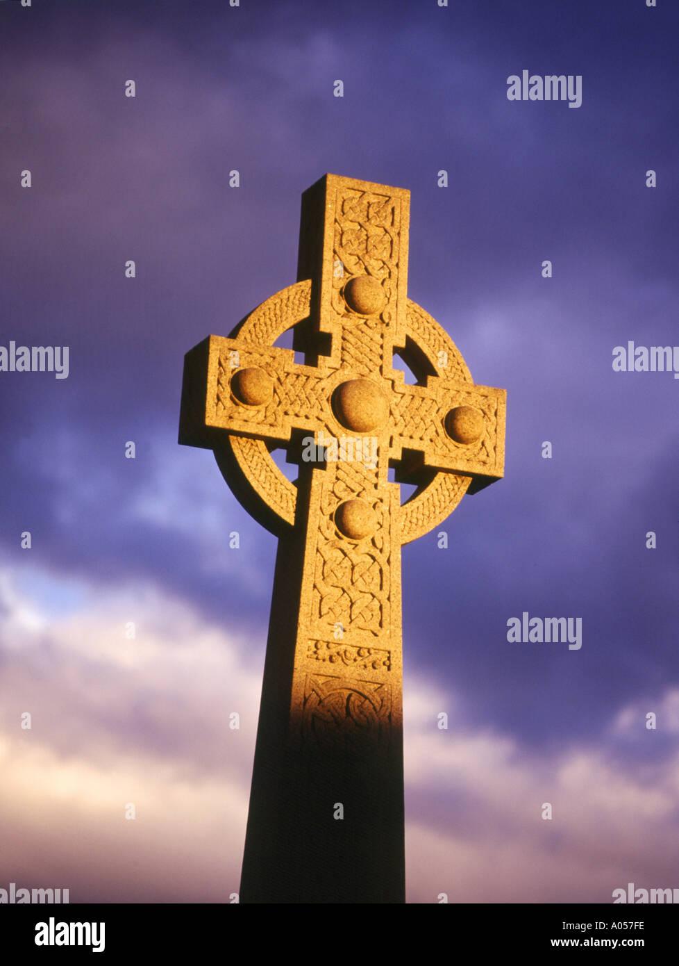 dh  CELTIC SCOTLAND Celtic cross war memorial monument Dingwall tribute scottish stone Stock Photo