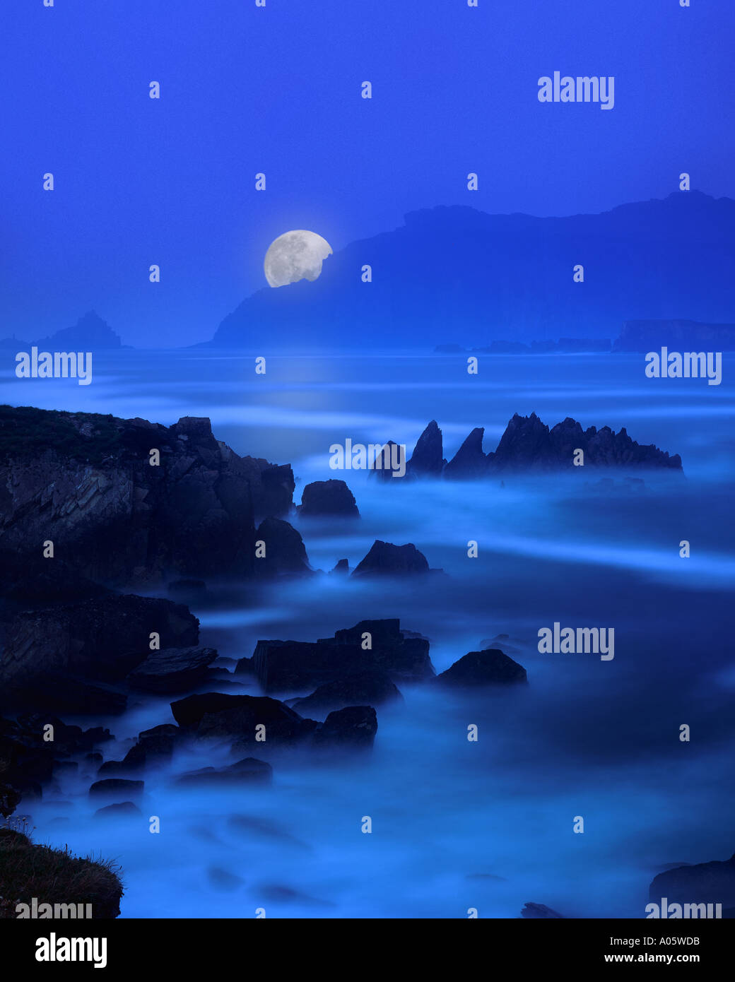 IE - CO. KERRY: Moon over Ballyferriter Bay - Stock Image