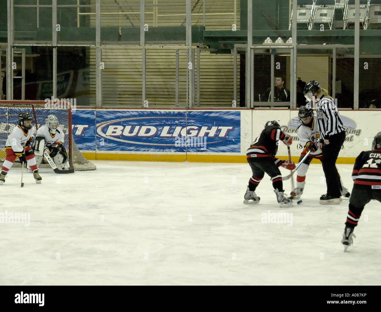 Young hockey players set up for a faceoff during their game - Stock Image