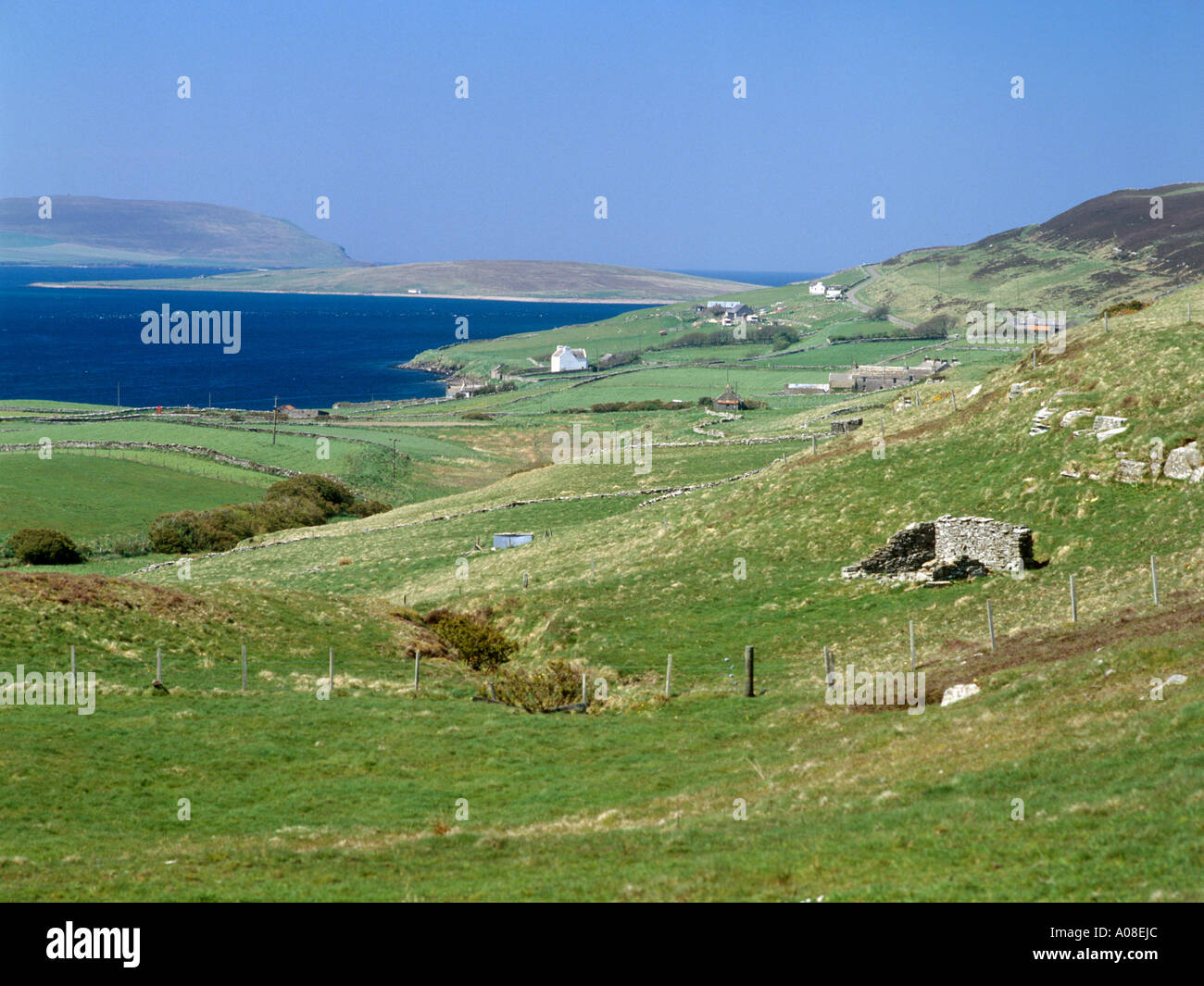 dh  ROUSAY ORKNEY White house Viera Lodge Rousay west coast Frotoft Eynhallow Sound - Stock Image