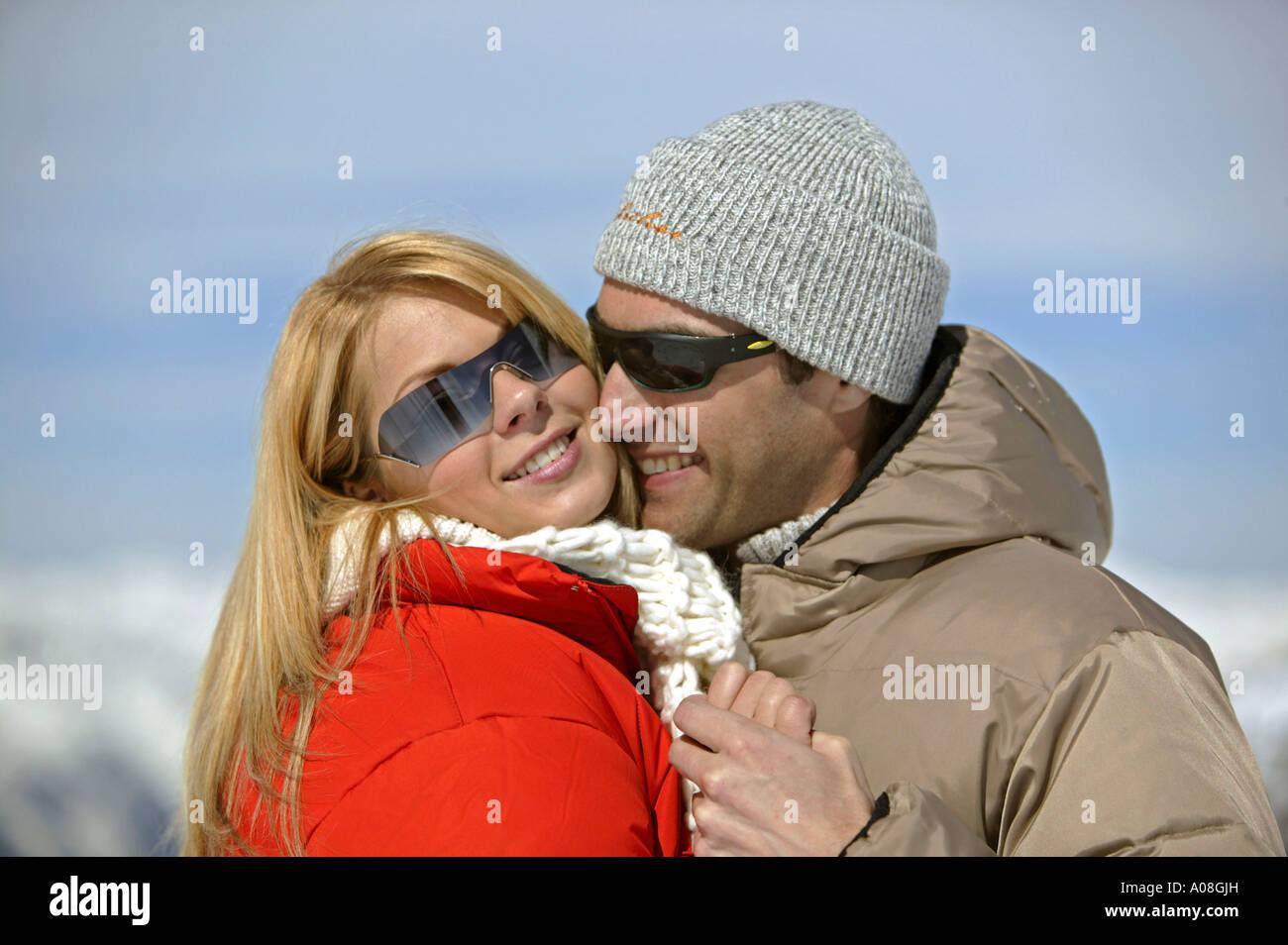 Verliebtes Paar Hat Spass Im Winter Couple In Love In Mountains