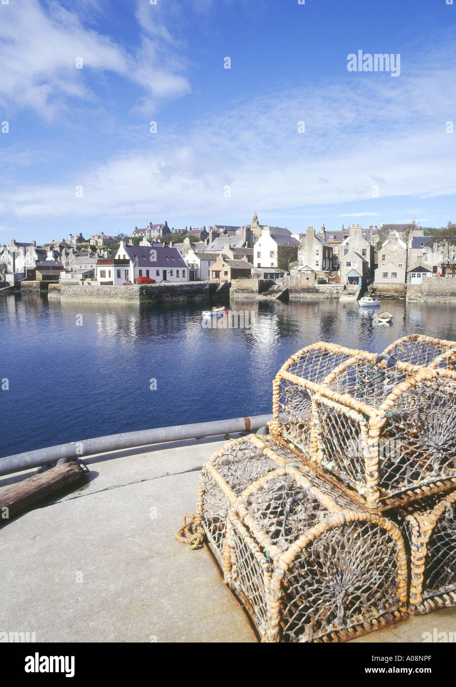 dh Stromness Harbour STROMNESS ORKNEY Lobster creels waterfront quayside harbour houses town pots cages fishing Stock Photo